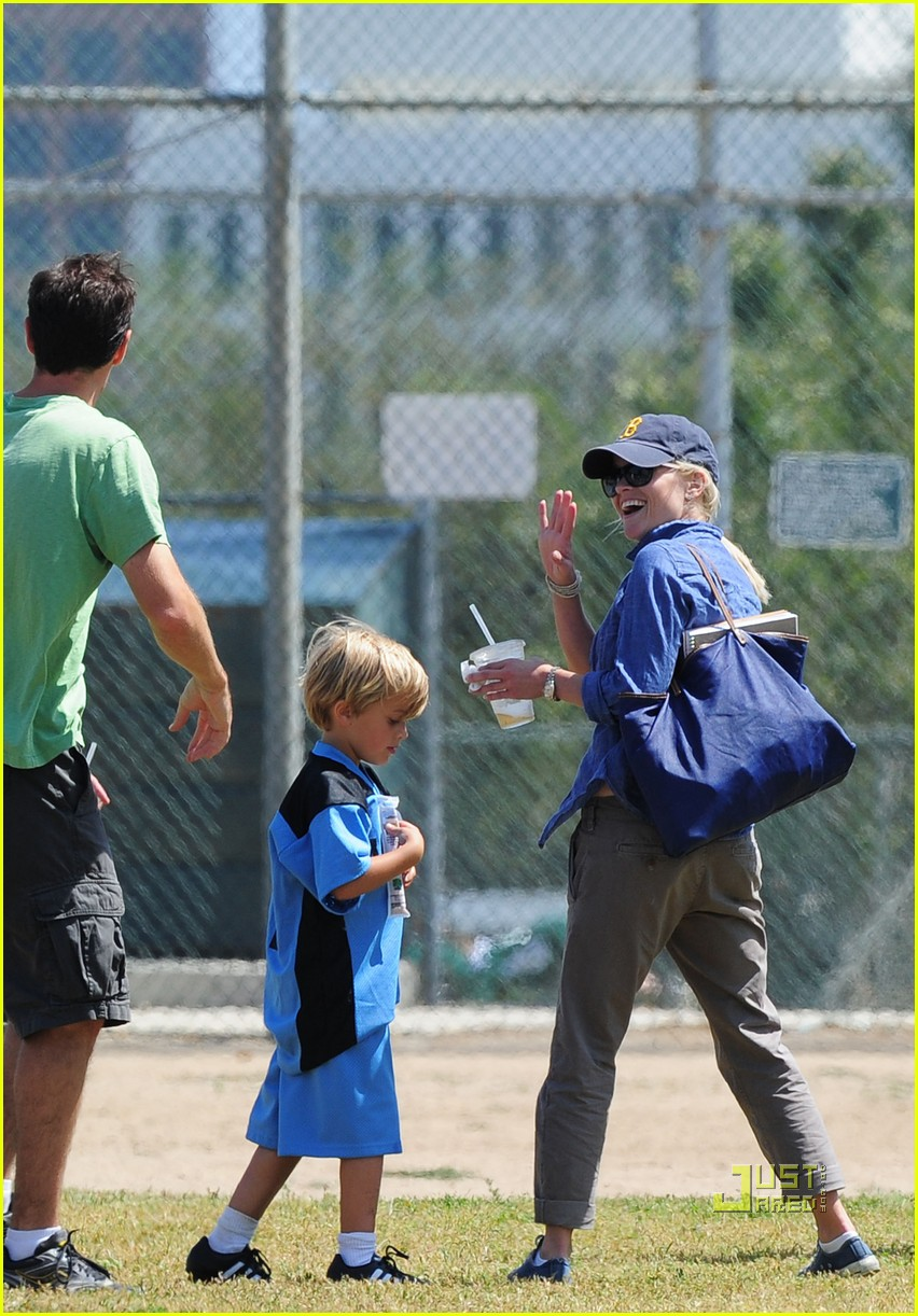 reese witherspoon jim toth deacon soccer game 03
