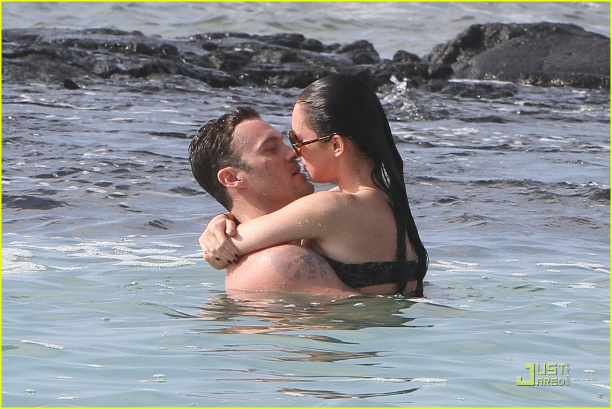 megan fox brian austin green kisses beach 192455630
