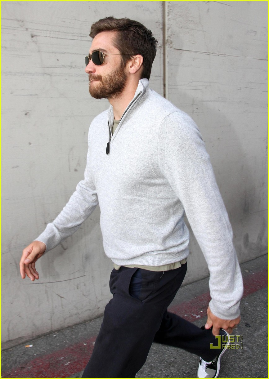 jake gyllenhaal leaves medical building 02
