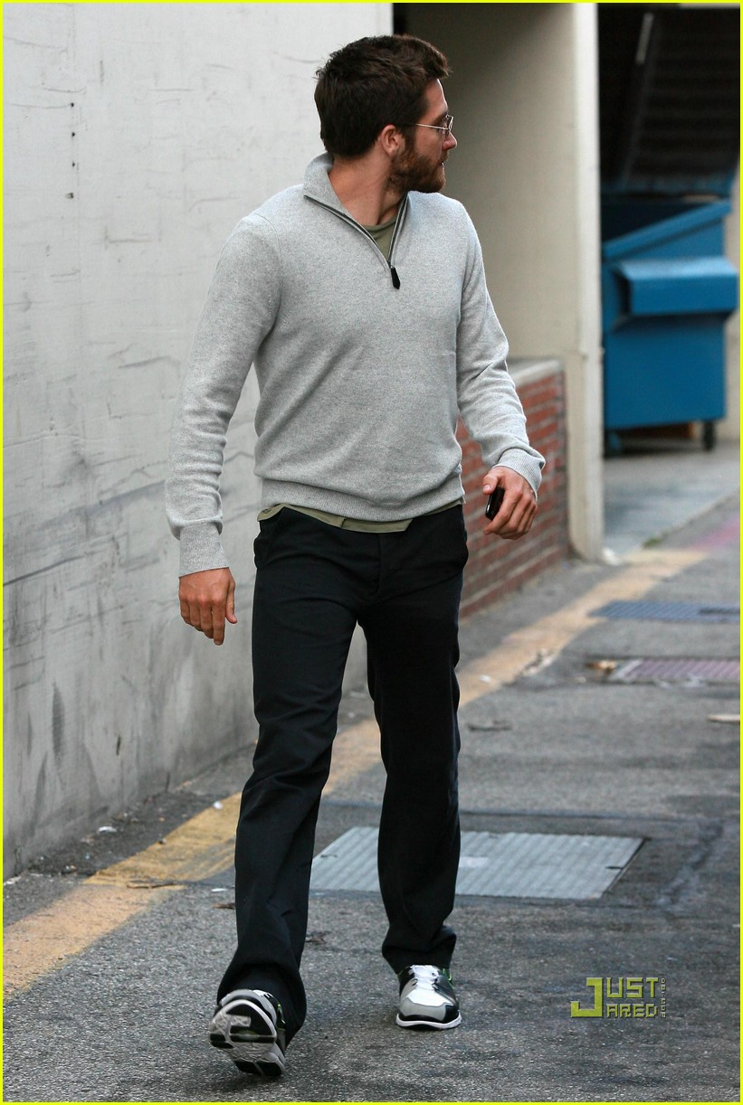 jake gyllenhaal leaves medical building 04