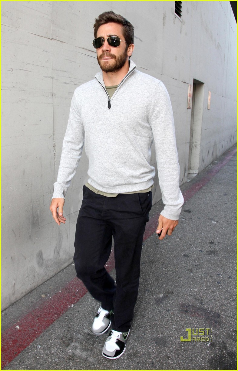 jake gyllenhaal leaves medical building 05