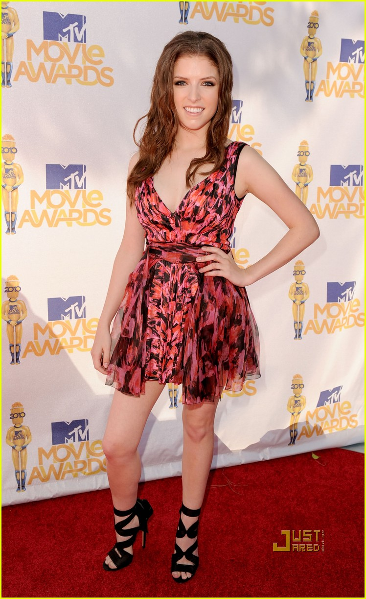 nikki reed anna kendrick mtv movie awards 2010 02