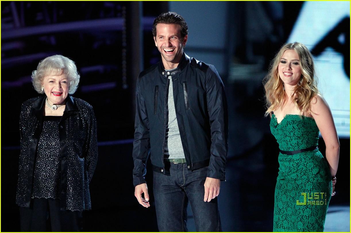 Scarlett Johansson And Ryan Reynolds Kiss Full Sized Photo of sa...