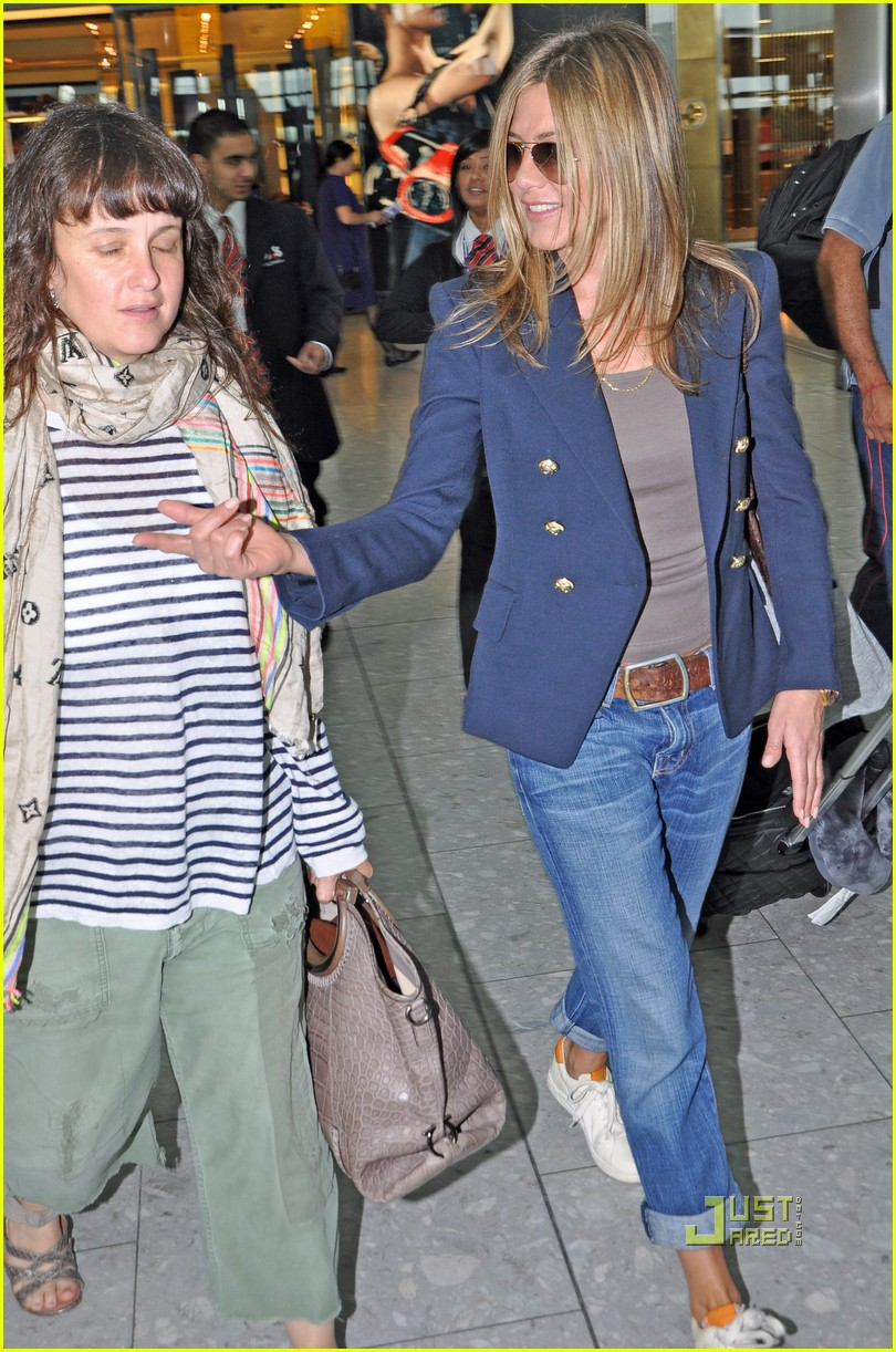 jennifer aniston heathrow airport blazer 11
