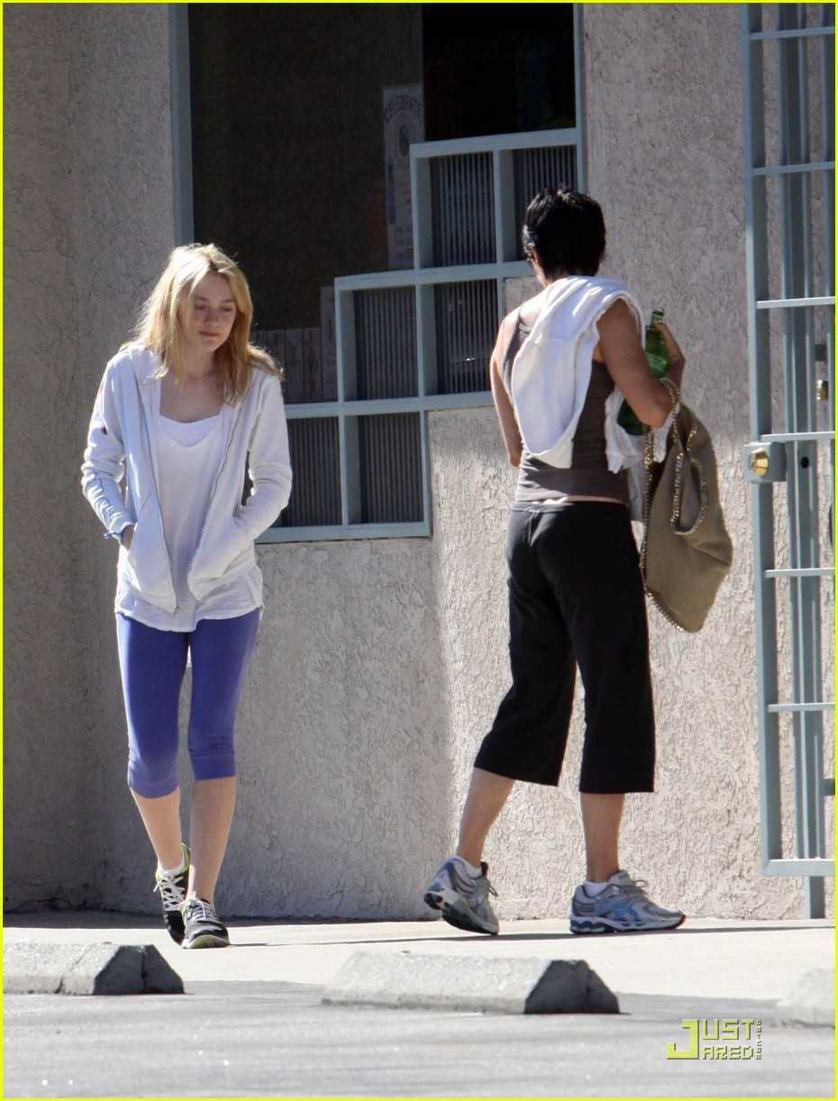 dakota fanning shapes up 09