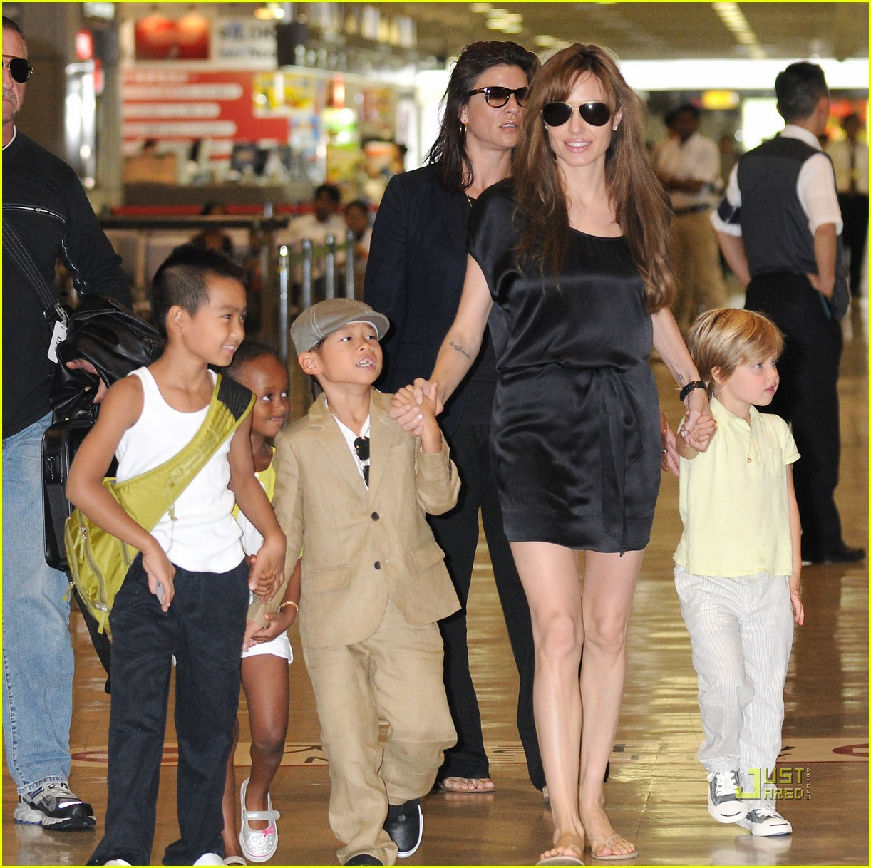 angelina jolie japan airport kids 02