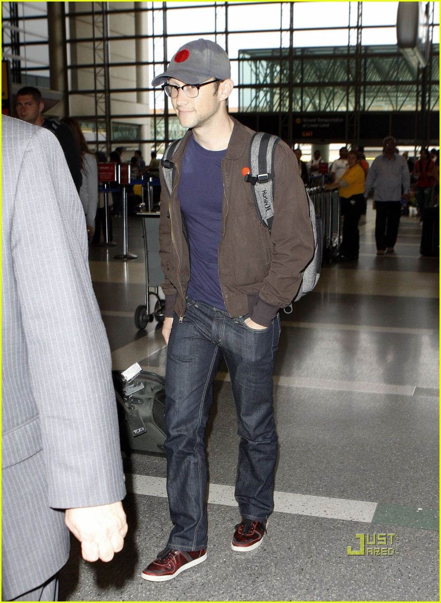 joseph gordon levitt flight at lax 01