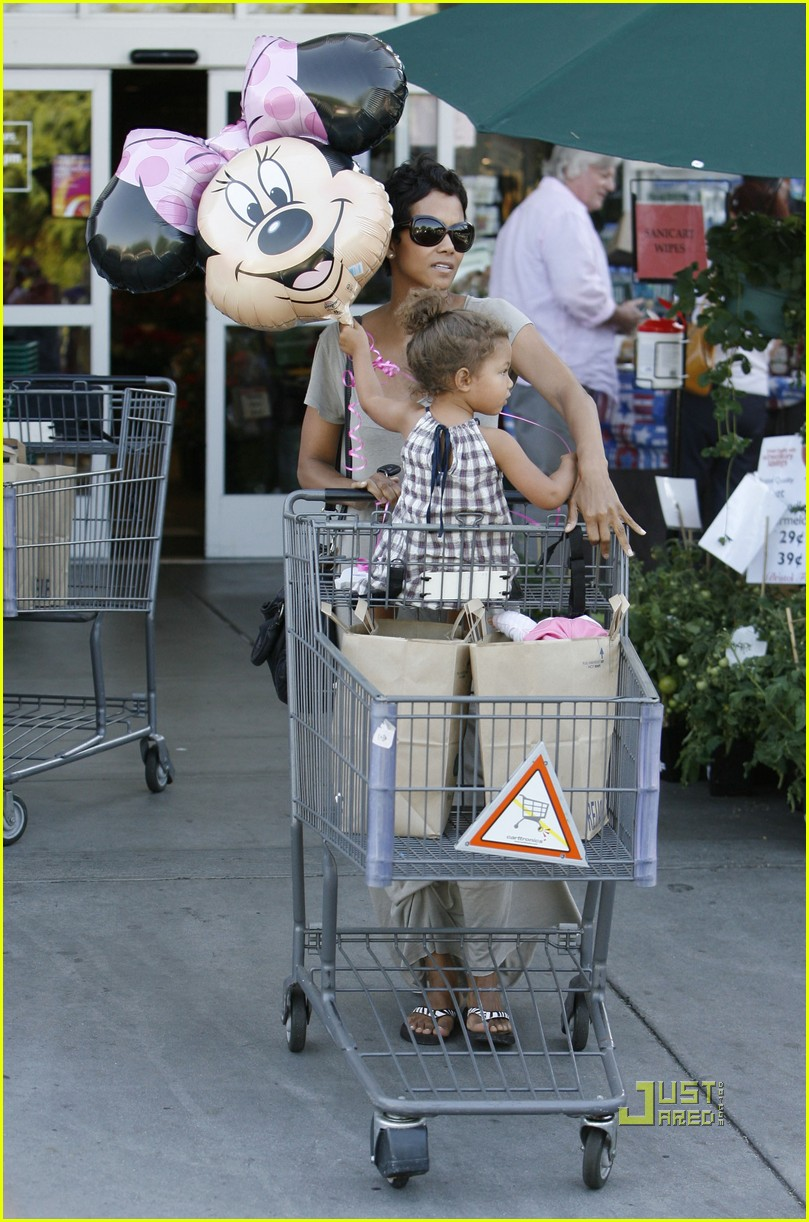 halle berry nahla grocery story minnie mouse balloon 03