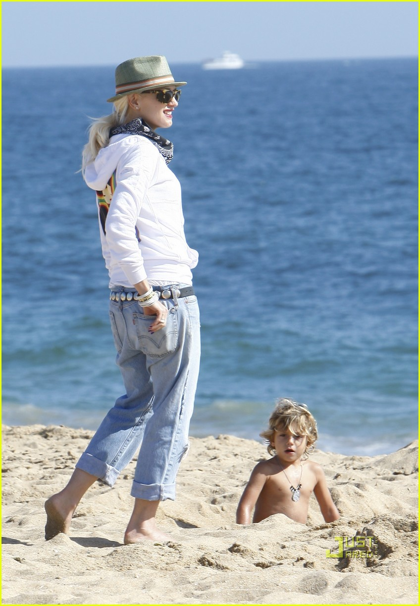 gwen stefani kingston zuma beach 012476570
