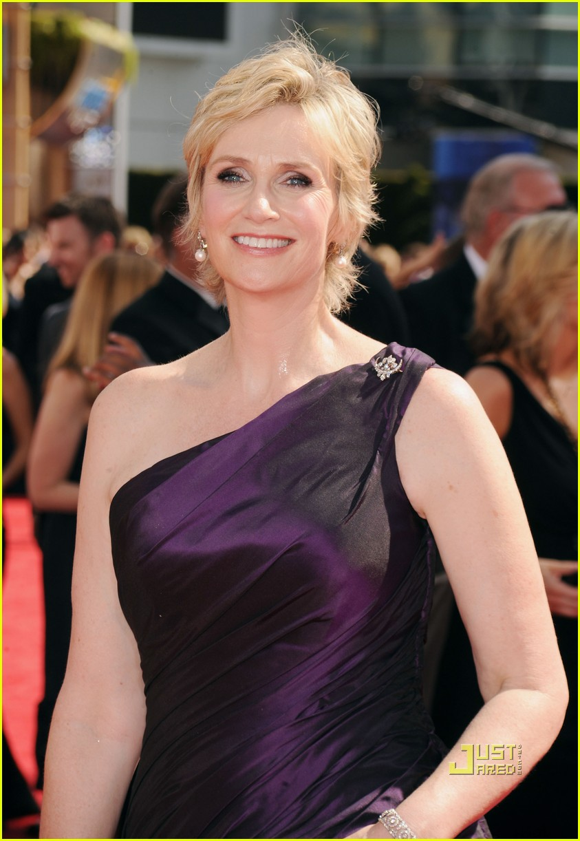 jane lynch emmys 2010 red carpet 02