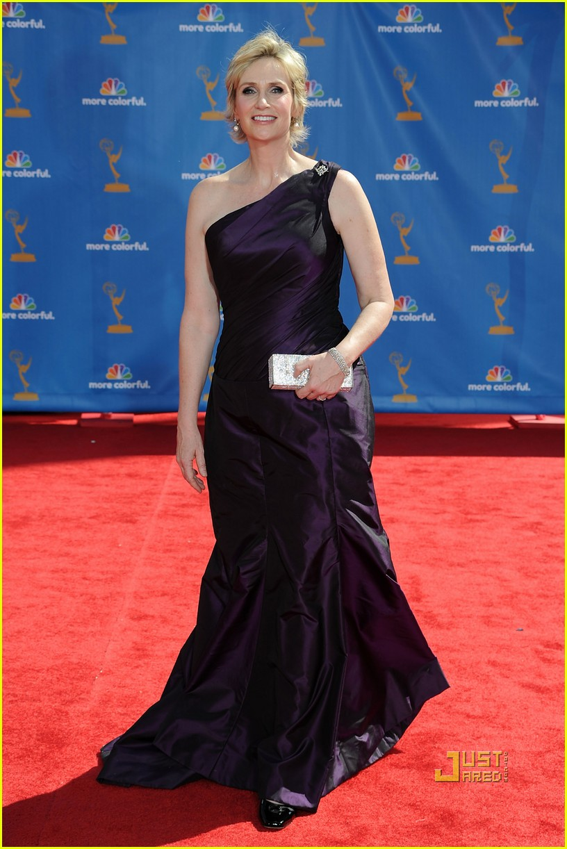 jane lynch emmys 2010 red carpet 03