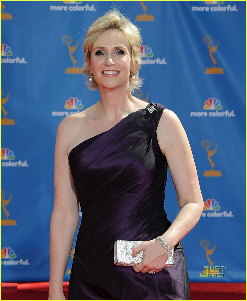 jane lynch emmys 2010 red carpet 06