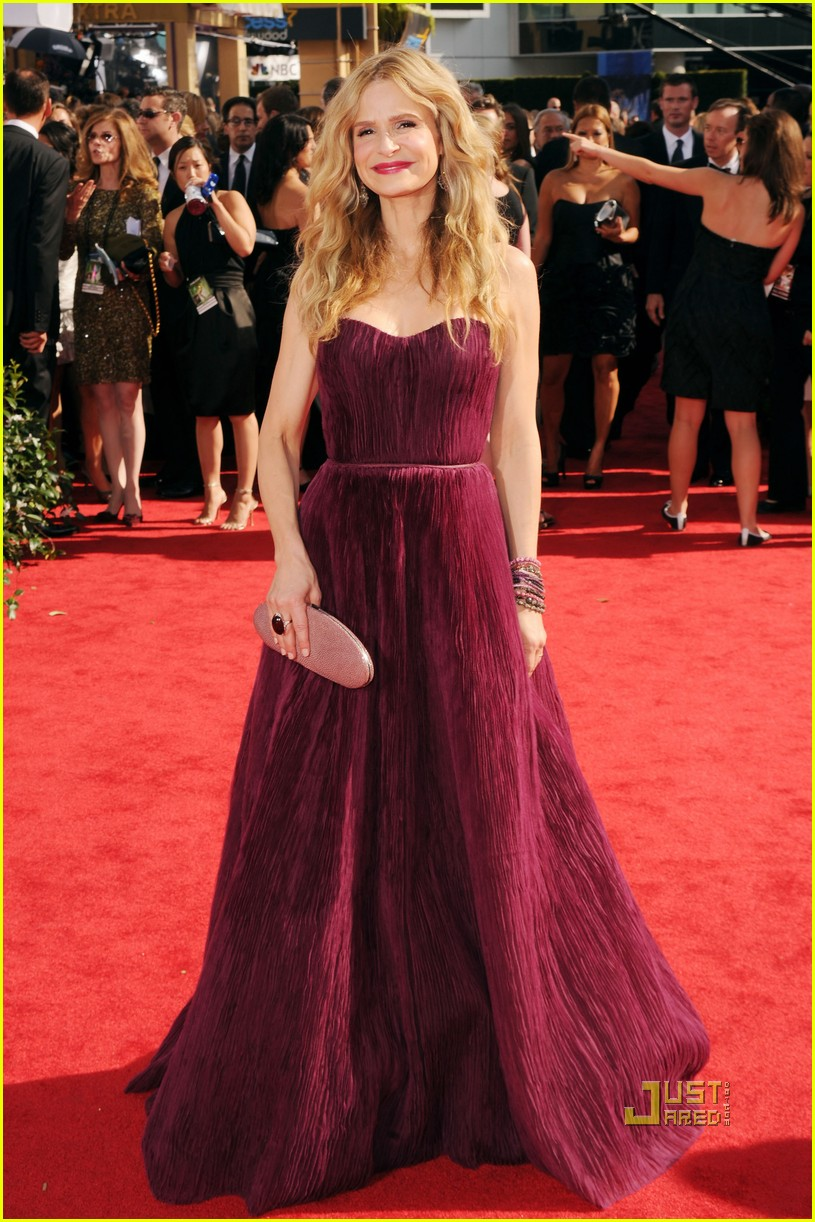 kyra sedgwick emmys 2010 red carpet 05