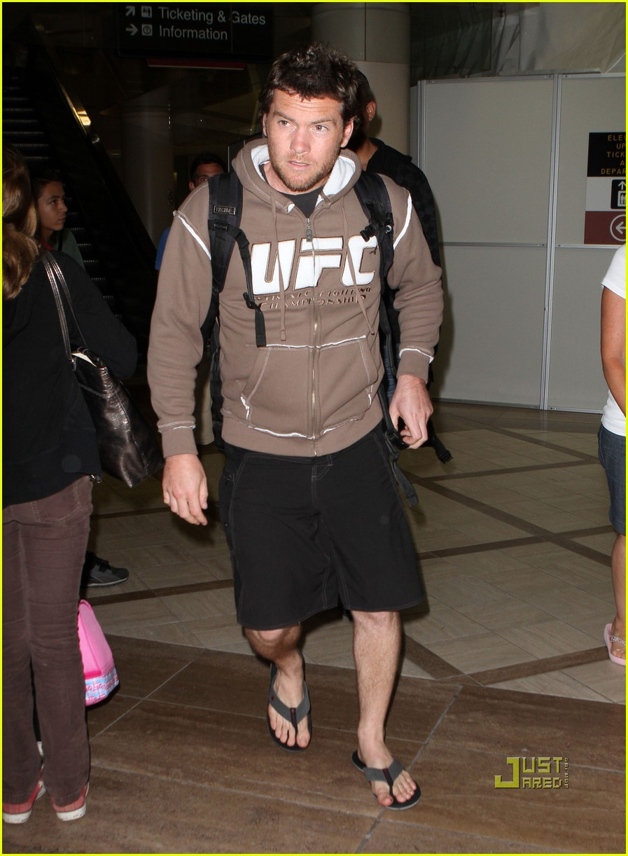 sam worthington lax airport ufc sweatshirt 04