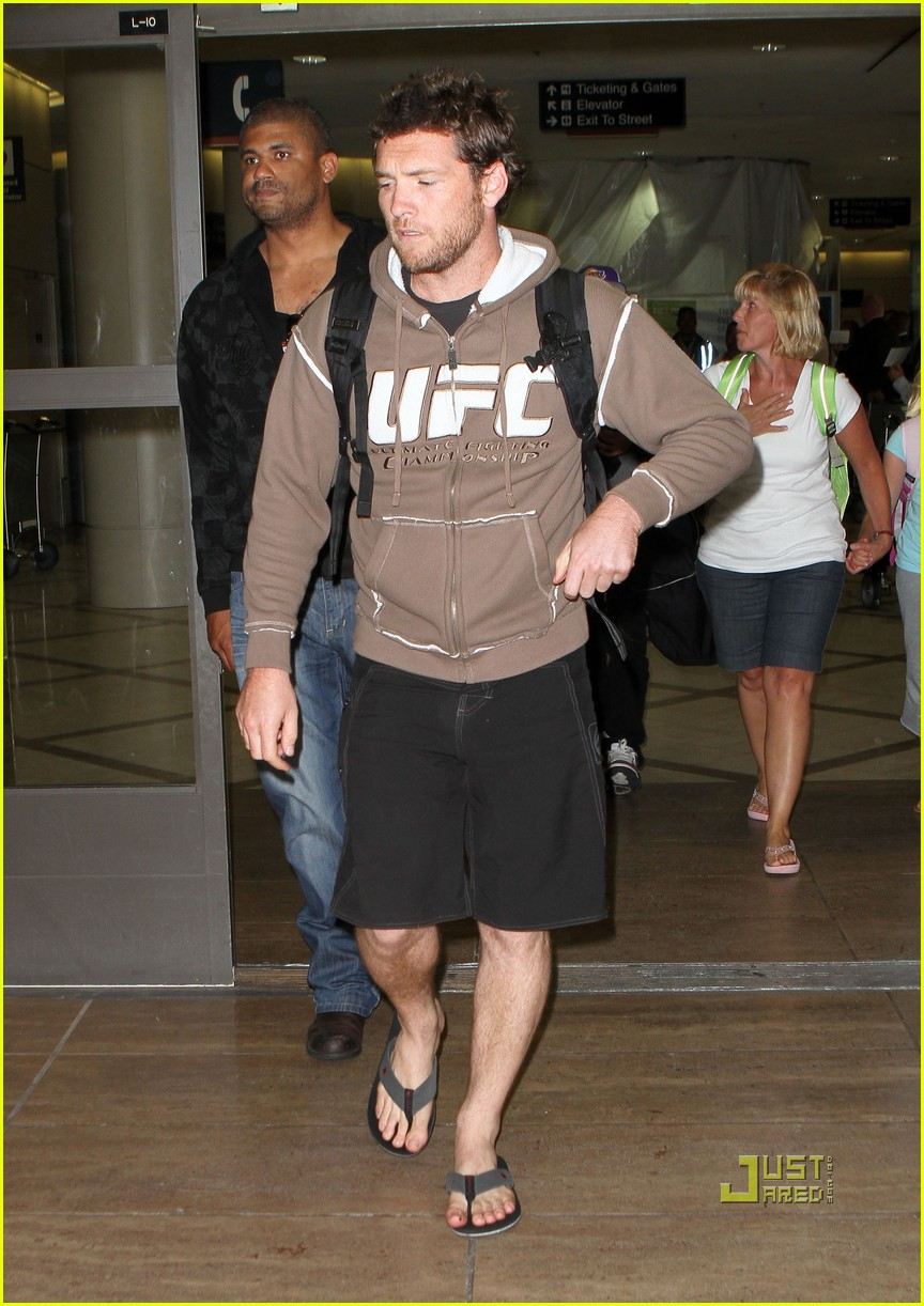 sam worthington lax airport ufc sweatshirt 08