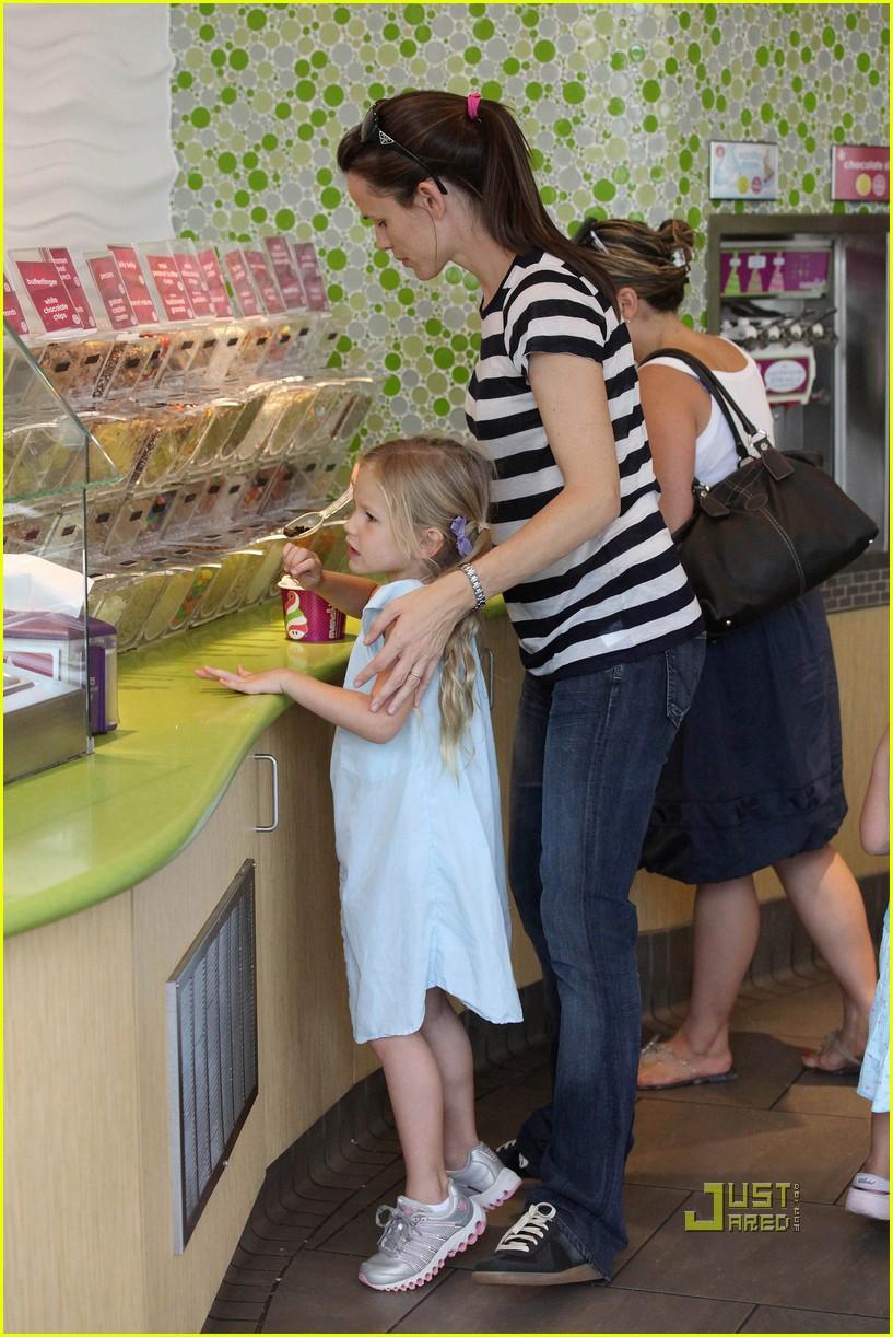 violet affleck yummy yogurt 07