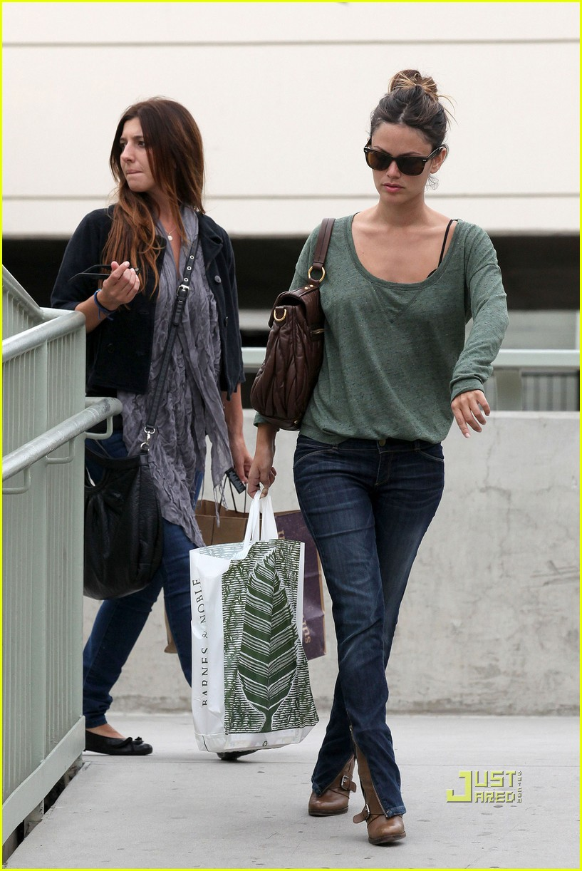 rachel bilson islands fine burgers galleria glendale 03