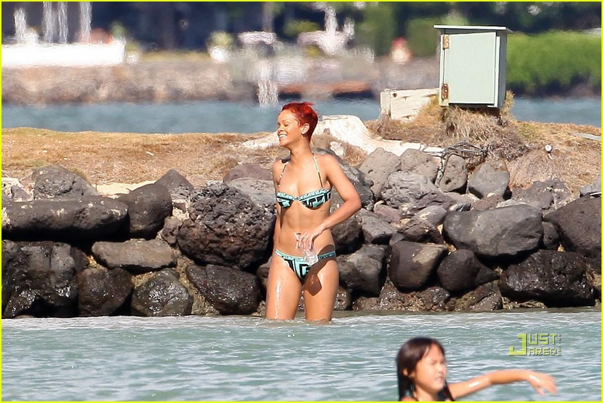 rihanna bikini hawaii 14