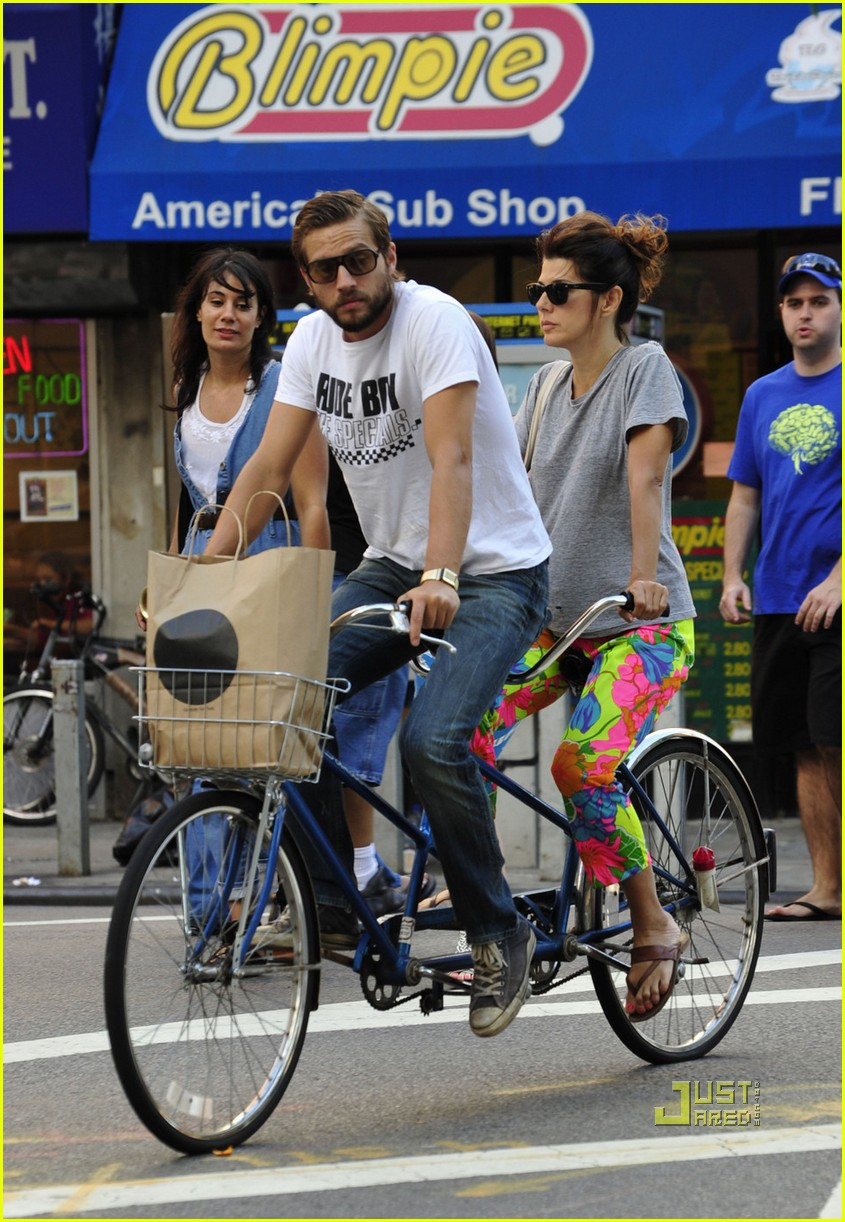 marisa tomei logan marshall green tandem bike 05