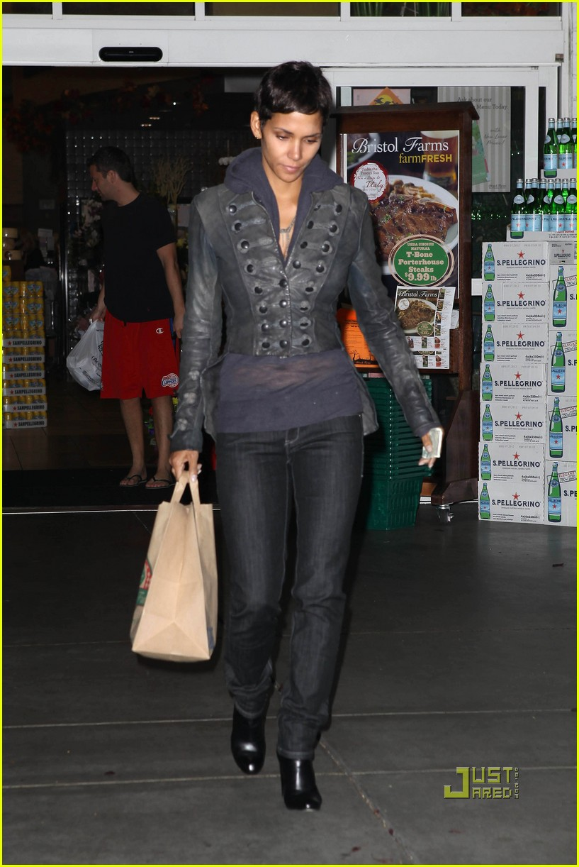 halle berry olivier martinez art gallery gazers 04
