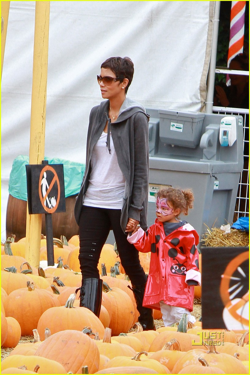 halle berry nahla pumpkin patch 02
