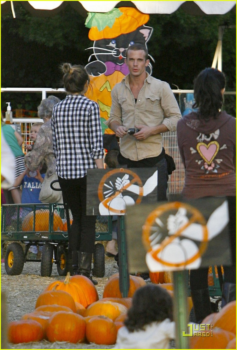 cam gigandet visits a pumpkin patch 07