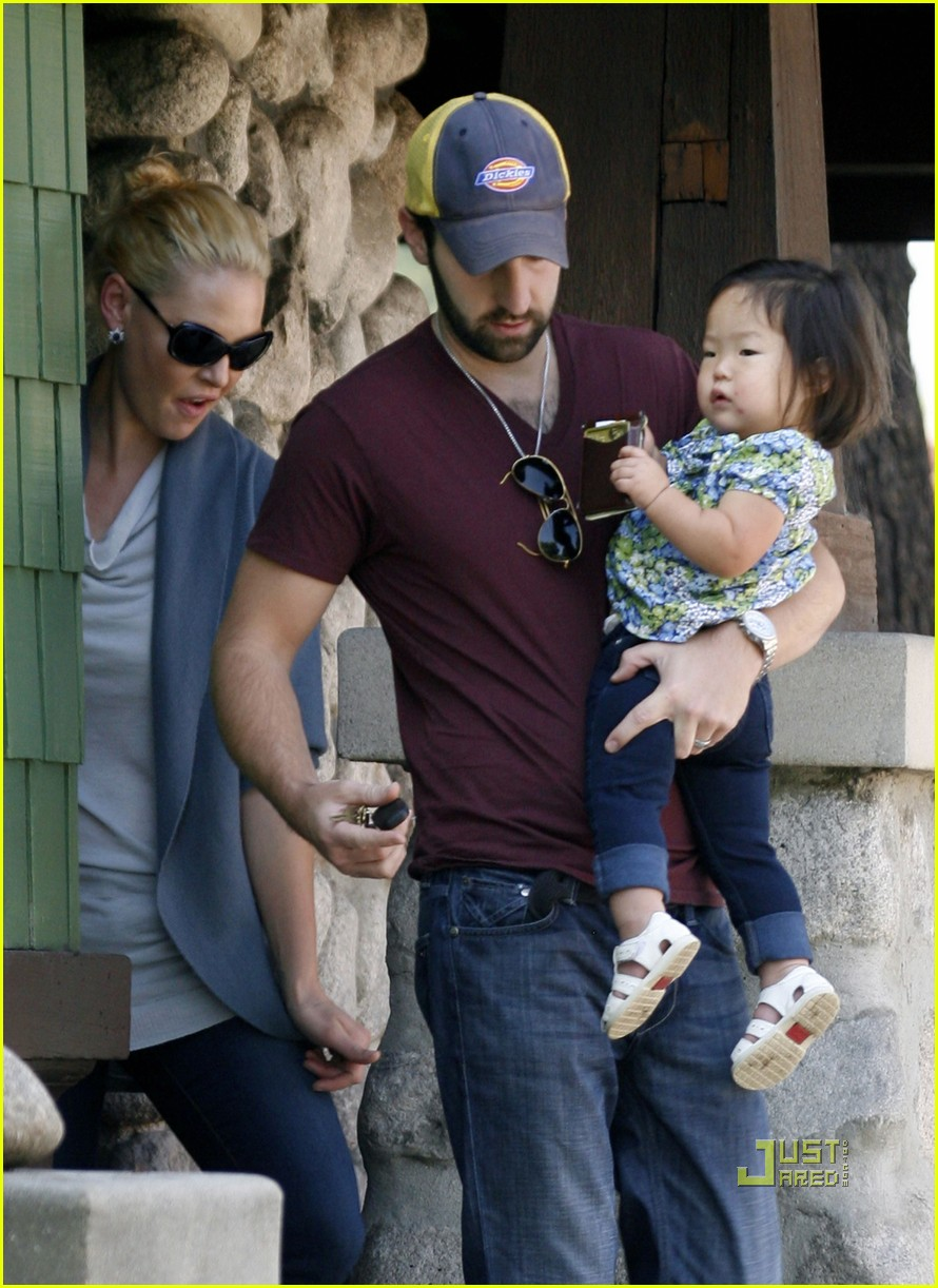 katherine heigl takes her coffee to go 022486985