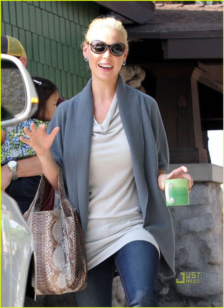 katherine heigl takes her coffee to go 04