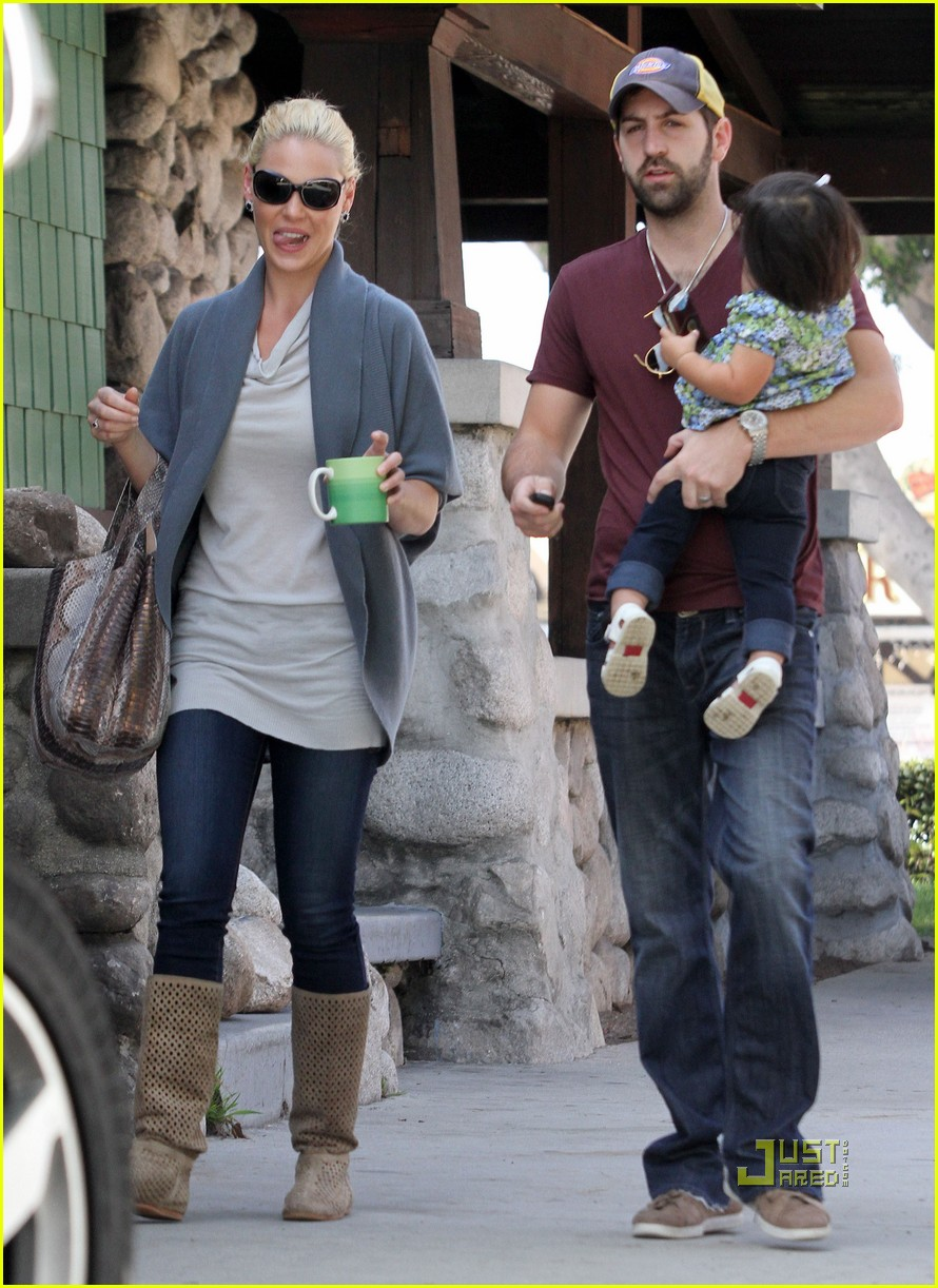 katherine heigl takes her coffee to go 09