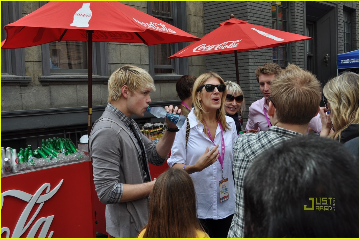 http://cdn01.cdn.justjared.comchord overstreet power of youth 09.jpg