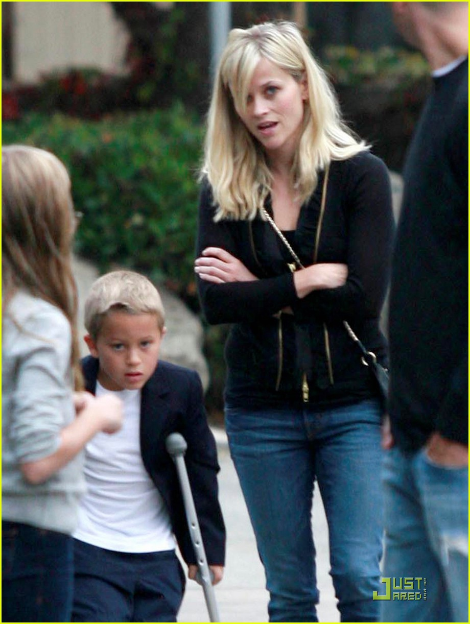 reese witherspoon carries deacon to dinner 01