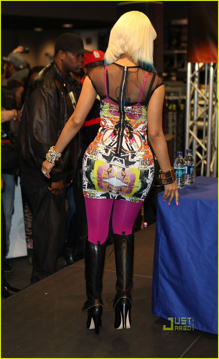 nicki minaj rainbow hair at album signing 06