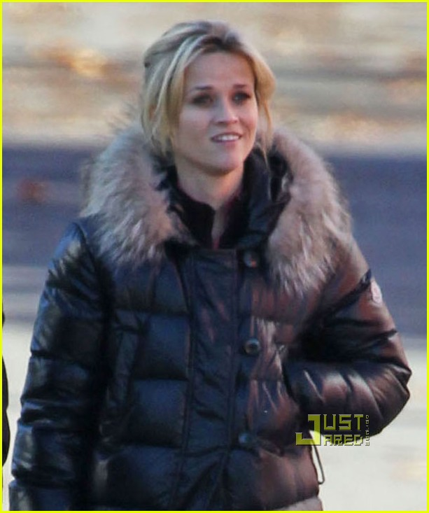 reese witherspoon walk puffy coat 02
