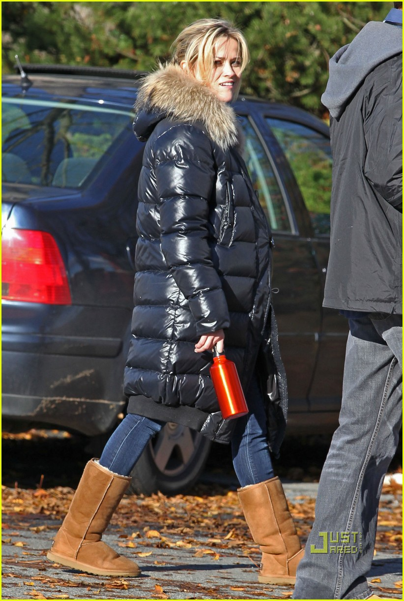 reese witherspoon walk puffy coat 03