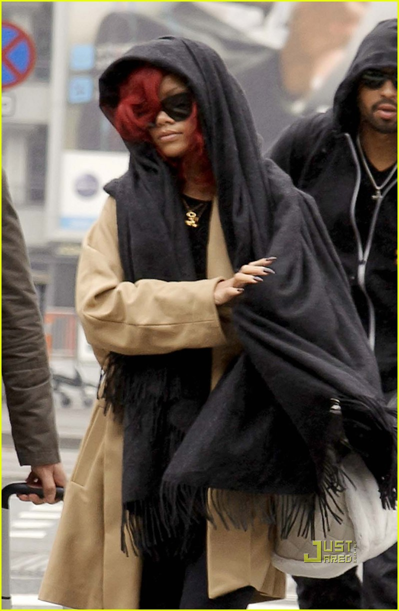 rihanna london departure with matt kemp 02