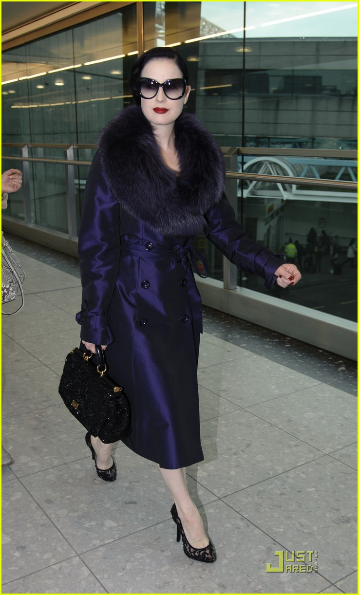 dita von teese heathrow 02