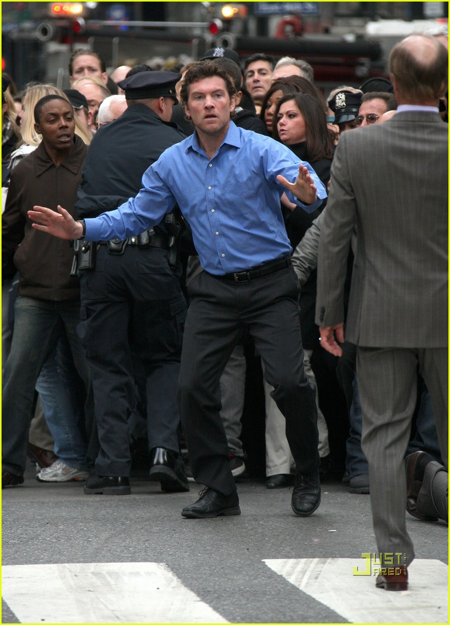 sam worthington lunges at ed harris for man on a ledge 032495582