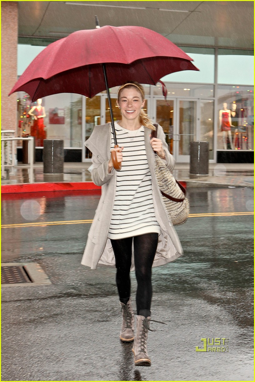 leann rimes umbrella mall 04
