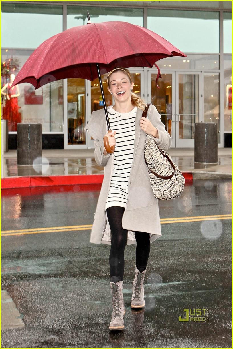 leann rimes umbrella mall 06