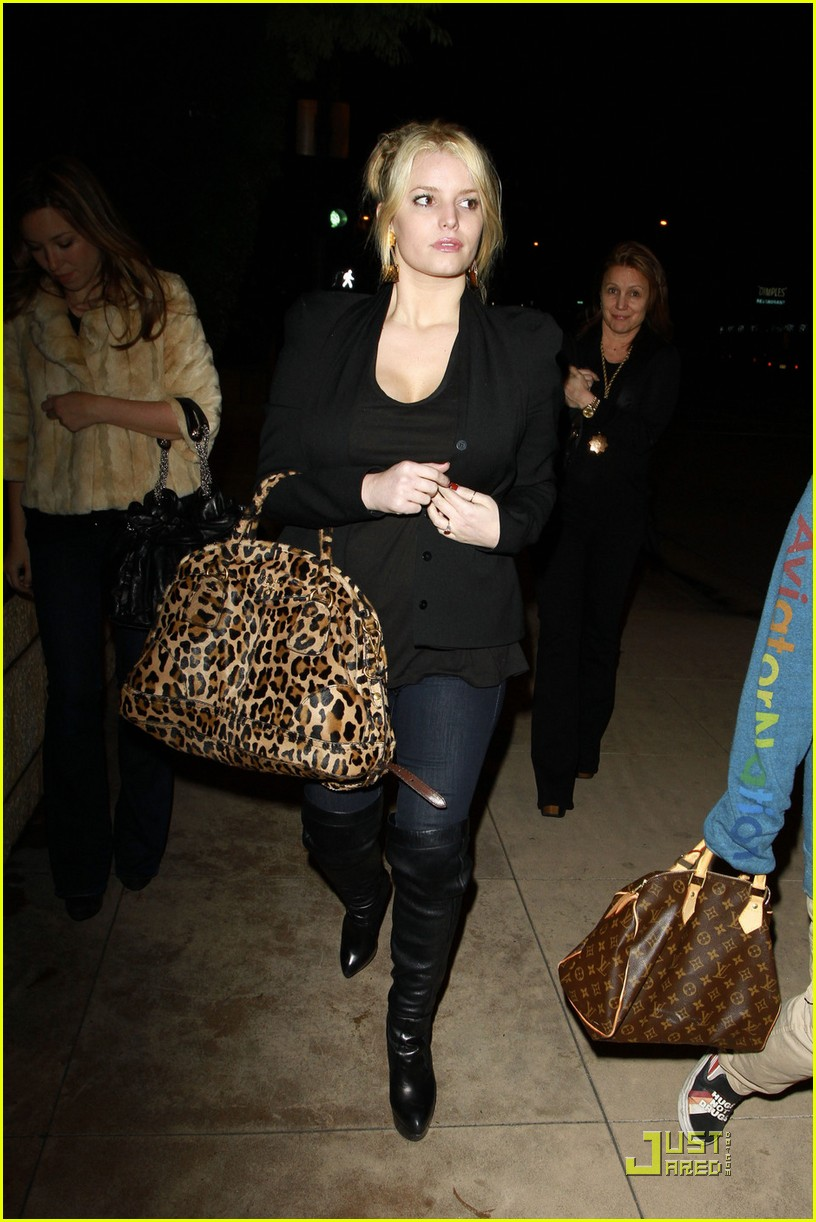 jessica simpson dinner at a steakhouse 02
