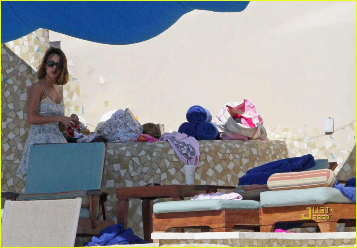 jessica alba honor new years day pool 03