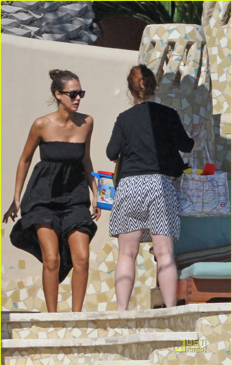 jessica alba poolside with honor warren 02