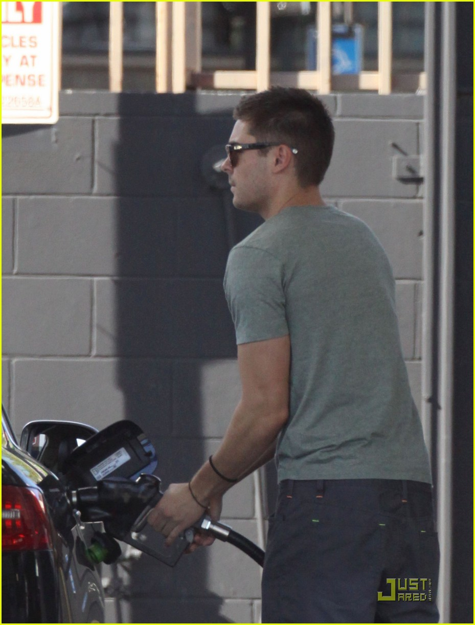 zac efron gas station 06