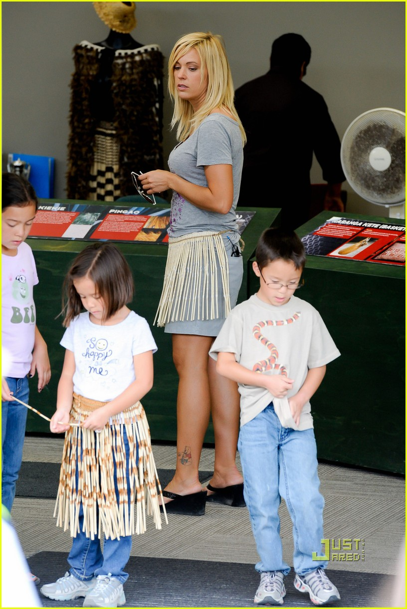 kate gosselin grass skirt new zealand 01