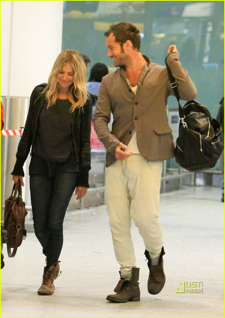 jude law sienna miller heathrow 01