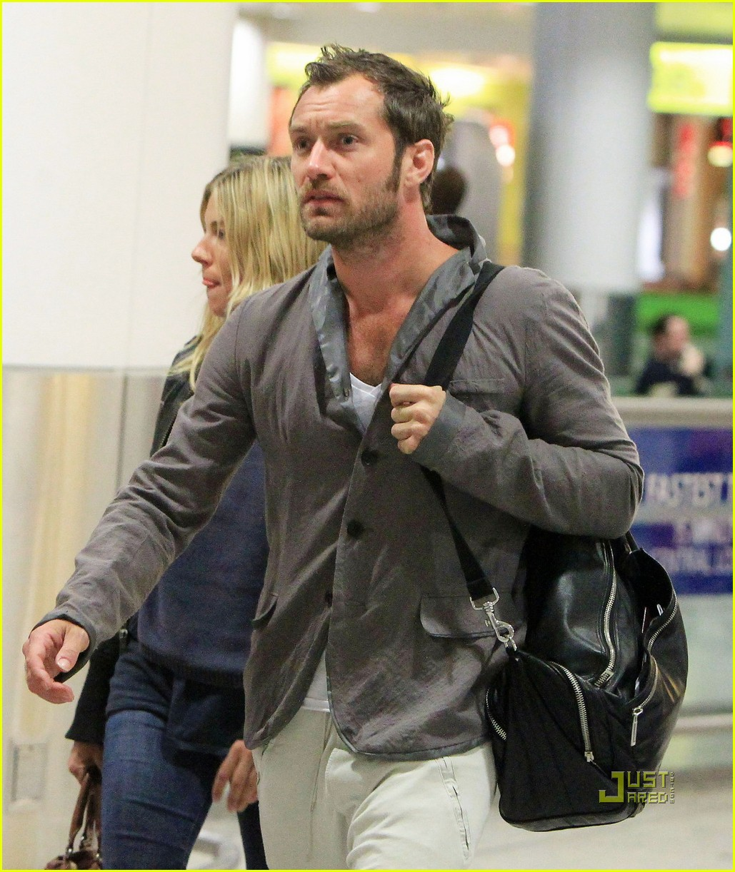 jude law sienna miller heathrow 042507968