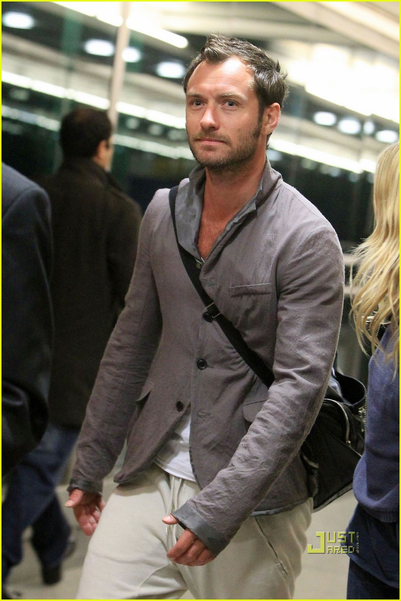 jude law sienna miller heathrow 08