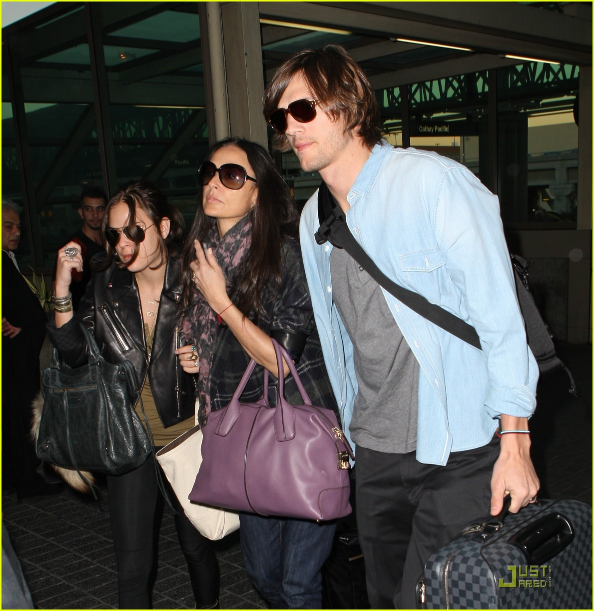 demi moore ashton kutcher en route to brazil 01