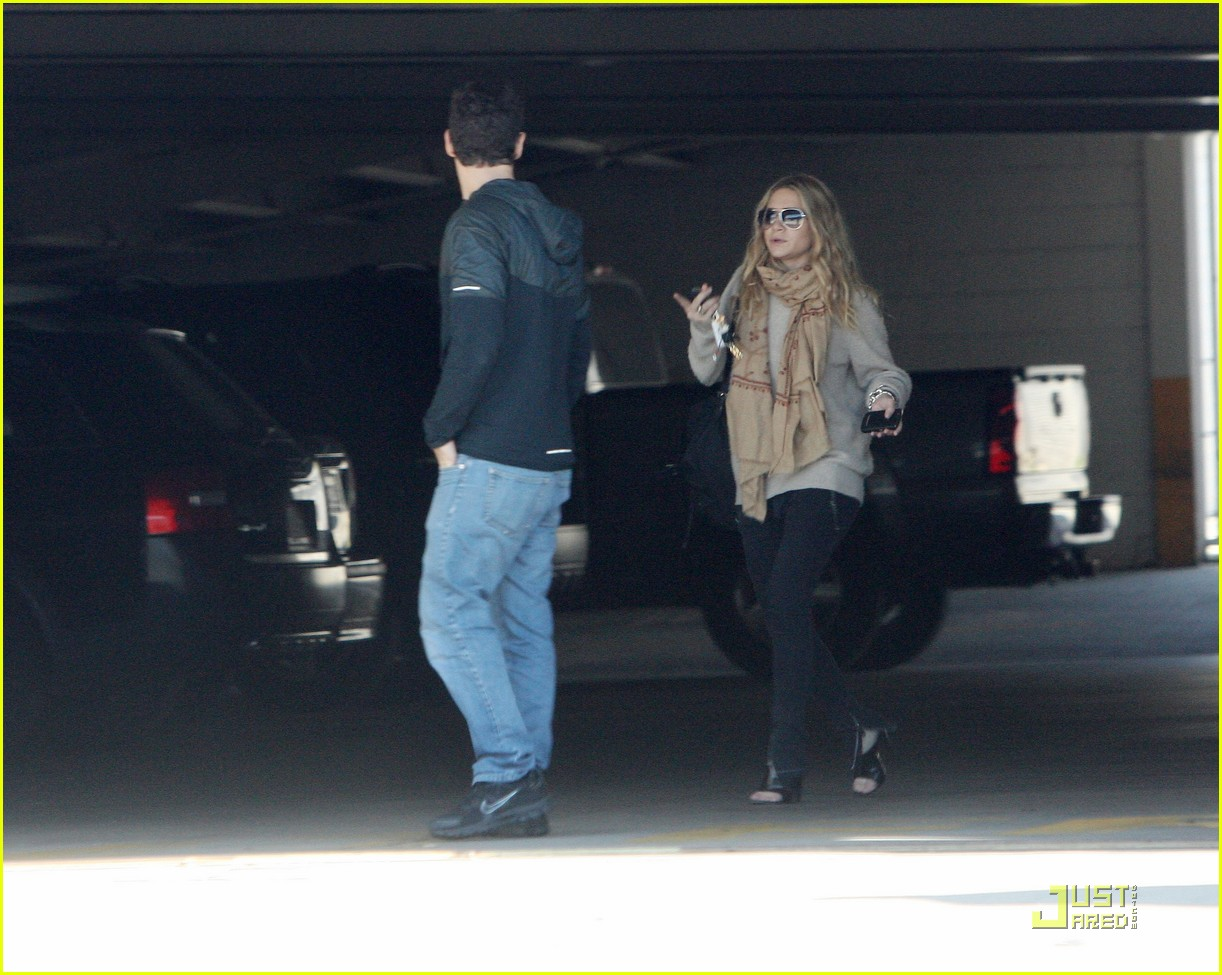Ashley Olsen Justin Bartha Go Shopping 03