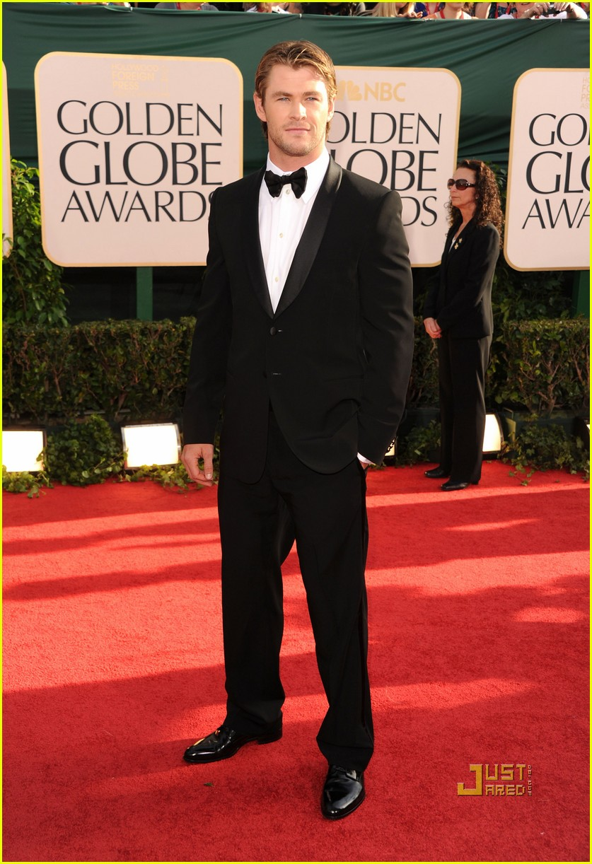 alex pettyfer chris hemsworth 2011 golden globes red carpet 04